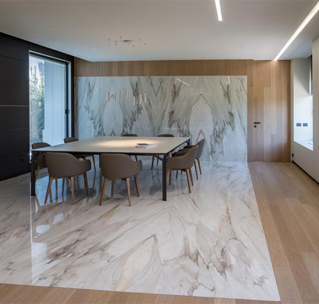 Sala riunioni in marmo e legno a Carrara